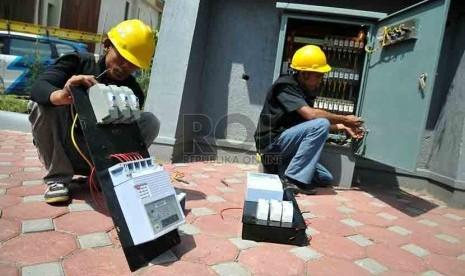 Petugas PLN memasang instalasi listrik baru di Perumahan Kawasan Mampang, Jakarta, Kamis (7/8). (Republika/Prayogi)