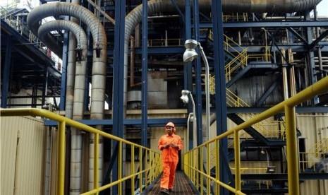 Petugas PLTU memeriksa kondisi pembangkit listrik.