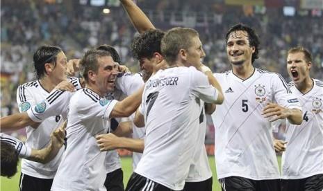 Philip Lahm (dua kiri), kapten timnas Jerman, memberikan selamat pada Mario Gomez (tengah), usai menjebol jala Portugal di laga Grup B Piala Eropa 2012 di Lviv, Ukraina, Sabtu (9/6).