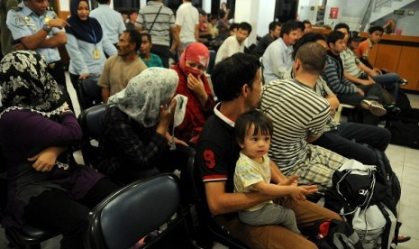Police interrogate a number of immigrants from Afghanistan who get caught in South Sulawesi. (file photo)