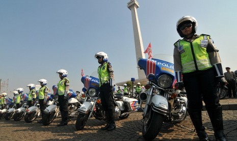 Police personnels gather near National Monument (Monas) in Jakarta last week to officially start the security operation for Eid al Fitri with code name