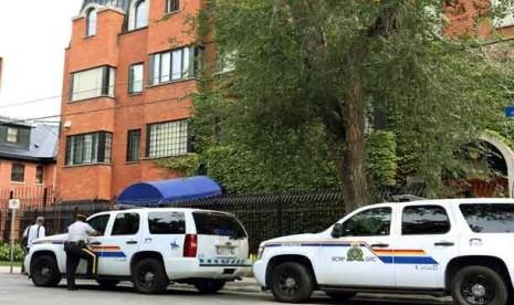 Polisi berjaga di depan gedung Kedubes Iran di Ottawa, Kanada.