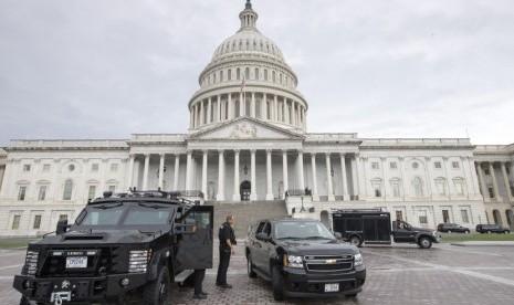 Polisi menjaga Plaza Timur Gedung Capitol setelah terjadi penembakan di kompleks Angkatan Laut AS di Washington, Senin (16/9) waktu setempat.    (AP/J. Scott Applewhite)