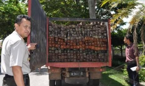 Kayu Ulin on Pembalakan Liar Masih Tinggi  Polisi Sita 350 Kayu Ulin Ilegal