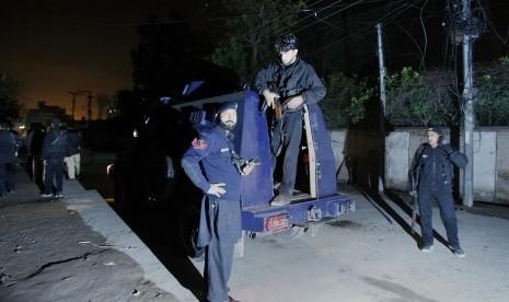 Polisi Pakistan berjaga-jaga setelah serang roket menerpa sebuah bandar udara di Peshawar, Pakistan, Sabtu (15/12).