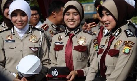 Polisi Wanita (Polwan) saat mengikuti peragaan pakaian dinas untuk Polwan berjilbab yang digelar di Lapangan Lalu Lintas Polda Metro Jaya, Jakarta Pusat (25/11).