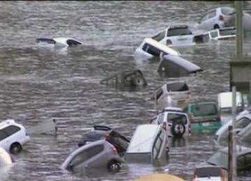 Potongan video NHK memperlihatkan Sejumlah kendaraan tersapu oleh gelombang tsunami di kawasan pantai Jepang timur setelah gempa 8,9 SR mengguncang wilayah Timur Laut negara itu, Jumat (11/3/2010)