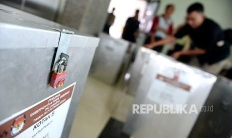 In Picture: Distribusi Hasil Rekapitulasi Pilkada DKI Tingkat Kecamatan
