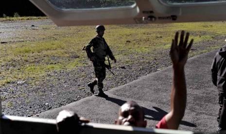 Prajurit Kopassus TNI AD melakukan penjagaan di Bandara Mulia, Kabupaten Puncak Jaya, Papua, Senin (12/11).   (Antara/Andika Wahyu)
