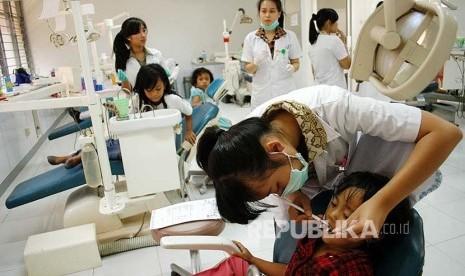 Praktik mahasiswa kedokteran gigi