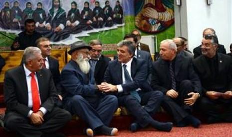 Presiden Abdullah Gül saat mengunjungi sebuah cemevi, istilah untuk gedung majelis taklim kalangan Syiah Alawiyah di Erzincan Jumat (15/11)