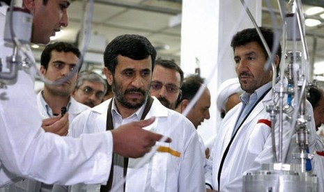 Presiden Iran, Mahmoud Ahmadinejad, saat berdiskusi tentang program nuklir negaranya.