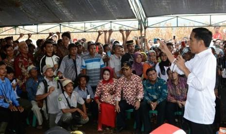 Ke Petani, Jokowi: Nagihnya Jangan ke Saya, ke Menteri Ya...