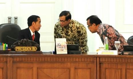 Presiden Jokowi bersama Mensesneg Pratikno dan Seskab Pramono Anung.