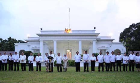 Presiden Jokowi dan Wapres Jusuf Kalla saat membacakan pengumuman kabinet di Istana Negara, Ahad (26/10)