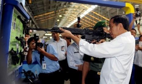 http://static.republika.co.id/uploads/images/detailnews/presiden-jokowi-mencoba-senjata-laras-panjang-buatan-pt-pindad-_150115073301-524.jpg