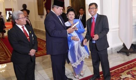 Presiden ke-6 RI Susilo Bambang Yudhoyono menerima buku berjudul Perjuangan Melawan Kalah dari Pemimpin Redaksi Harian Republika, Nasihin Masha (paling kanan) di Gedung Setneg, Jakarta, Senin (20/10).