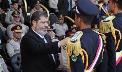 Presiden Mesir (kiri) dalam sebuah acara militer di Kairo.