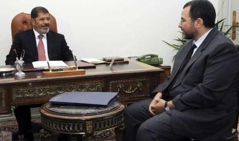 Presiden Mesir, Mohammed Mursi (kiri) bersama Perdana Menteri yang baru ditunjuk Hisham Qandil (kanan).