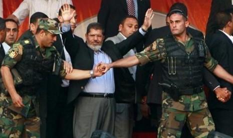 Mursi Mengungsi dari Istana, Demonstrasi Kian Panas