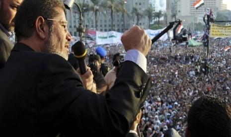 Presiden Mesir terpilih Muhammad Mursi menyampaikan pidato politiknya di depan puluhan ribu pendukungnya yang berkumpul di Tahrir Square, Kairo.   (Reuters)