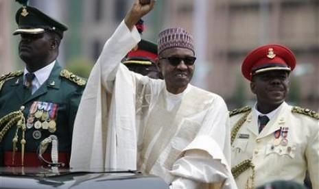 Presiden Nigeria Muhammadu Buhari melambaikan tangan kepada pendukungnya saat pelantikan, Jumat (29/5).