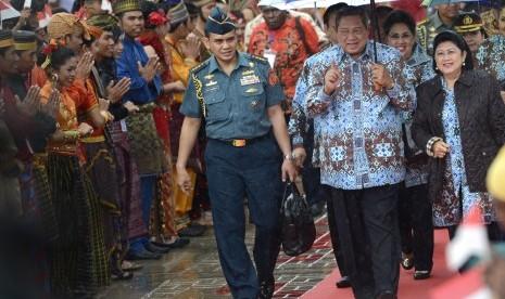 Presiden Susilo Bambang Yudhoyono (dua kanan) didampingi Ibu Negara Ani Yudhoyono (kanan) menyapa peserta saat membuka Sail Raja Ampat 2014 di Pantai Waisai Torang Cinta (WTC), Raja Ampat, Papua Barat, Sabtu (23/8).