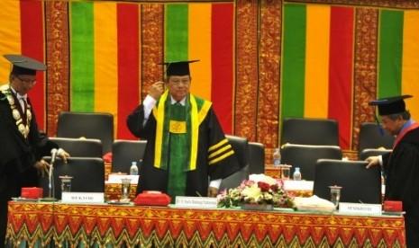 Presiden Susilo Bambang Yudhoyono (tengah) didampingi Mendikbud M Nuh (kanan) dan Rektor Universitas Syiah Kuala Samsul Rizal (kiri) menghadiri rapat senat terbuka di Universitas Syiah Kuala, Banda Aceh, NAD, Kamis (19/9). Presiden dianugerahi gelar Doctor