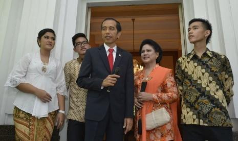 Presiden terpilih Joko Widodo (tengah) bersama Isteri Ny. Iriana (kedua kanan), anak sulung Gibran Rakabuming Raka (kanan), anak kedua Kahiyang Ayu (kiri) dan anak bungsu Kaesang Pangarep (kedua kiri) di Rumah Dinas Gubernur DKI Jakarta, Senin (20/10). (A