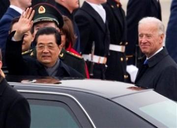 Presiden Cina, Hu Jintao, ditemani oleh Wakil Presiden AS, Joe Biden, melambaikan tangan dalam upaca penyambutan di Andrews Air Force Base, Selasa (18/1/2011)
