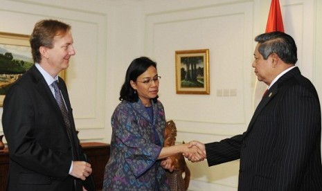 President Susilo Bambang Yudhoyono (right) welcomes the Managing Director of World Bank, Sri Mulyani, in the presidential palace in Jakarta, on Friday.