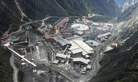 President Susilo Bambang Yudhoyono (SBY) plans to revise some contracts of work with foreign investors, especially those which inflict losses for Indonesia. An aerial view of a giant mine run by U.S. firm Freeport-McMoran Cooper & Gold Inc., at the Grassbe
