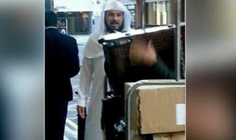 Pria yang diduga Muhammad Al-Arifi, mufti Takfiri Saudi, di London, Inggris