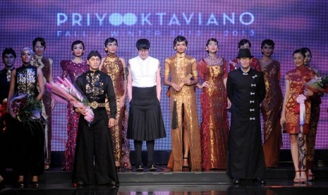 Priyo Oktaviano (right, wears black) is on the stage with his collections.