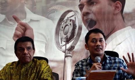 Produser Film Soekarno yang juga Direktur PT Tripar Multivision Plus, Raam Punjabi (kiri) dan Sutradara Film Soekarno Hanung Bramantyo memberikan tanggapan dan penjelasan atas somasi putri Presiden RI pertama Soekarno, Rachmawati Soekarnoputri terhadap fil