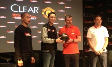 Program Clear Ayo Indonesia Bisa Academy 2015 yang menghadirkan legenda Manchester United, Denis Irwin.