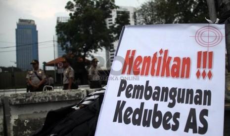 Puluhan aktivis Hizbut Tahrir Indonesia menggelar aksi demonstrasi di depan Kedubes AS, Jakarta, Jumat (1/11).  (Republika/Yasin Habibi)