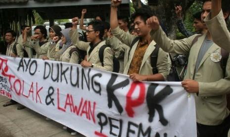 Puluhan mahasiswa UGM melakukan aksi mendukung Komisi Pemberantasan Korupsi (KPK) di Pusat Kajian Korupsi (Pukat) UGM Yogyakarta, Senin (8/10). (Regina Safri/Antara)