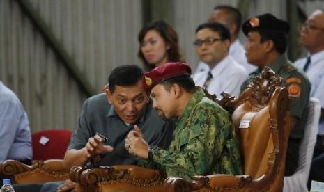 Putra Mahkota Brunei Darussalam, Jenderal Pengiran Muda Haji Al-Muhtadee Billah Ibni Kebawah Duli (kanan) berbincang dengan Wamenhan Sjafrie Sjamsoeddin di PT Pindad, Bandung, Selasa (6/5).