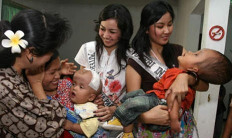 Putri Indonesia bersama pasien anak hidrocephalus yang mendapat bantuan operasi dari yayasan milik Anne Avantie, Wisma Kasih Bunda