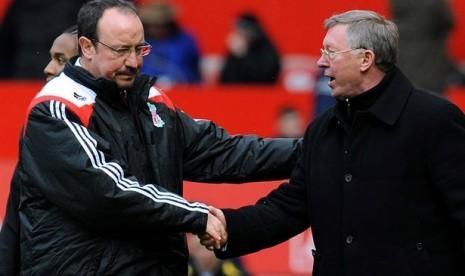 Ferguson dan Benitez Akhirnya Berjabat Tangan
