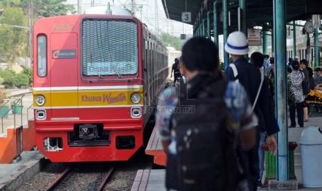 Rangkaian gerbong kereta api listrik (KRL) khusus wanita memasuki Stasiun Manggarai, Jakarta Selatan, Senin (1/10).   (Aditya Pradana Putra/Republika)