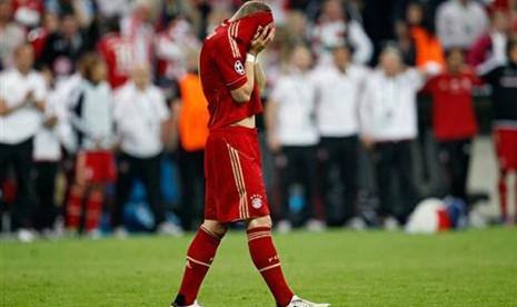 Reaksi Bastian Schweinsteiger saat gagal mencetak gol penalti untuk Bayern Muenchen, Minggu (20/5) dinihari WIB.