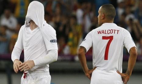 Reaksi pemain Inggris Wayne Rooney (kiri) dan Theo Walcott setelah gagal melaju ke semifinal di Olympic Stadium, Kiev, Senin (25/6) dini hari WIB. (Michael Sohn/Reuters)