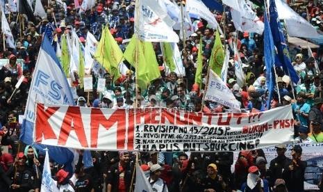 Ribuan buruh melakukan aksi jalan kaki bersama dari bundaran Patung Kuda menuju Istana Negara, Jakarta Pusat, Selasa (1/9).   (Republika/Raisan Al Farisi)