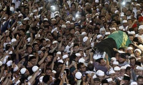 YOUTUBE  DETIK DETIK PEMAKAMAN USTAD UJE Suasana Pemakaman Ustad Jefri Di TPU Karet Bivak Jakarta