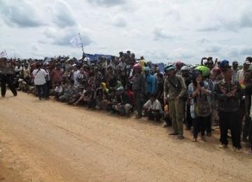 Ribuan petani Kabupaten Mesuji, Lampung, Ahad (18/12), menunggu kedatangan rombongan anggota Komisi III DPR RI di areal Hutan Register 45.
