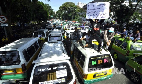 In Picture: Demo Sopir Angkot dan Taksi Kota Bandung