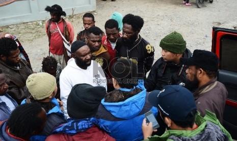 Rombongan Tim Pencari Fakta (TPF) Komat Tolikara yang diketuai oleh Ustadz Fadzlan Garamatan mewawancarai korban pembakaran masjid di tengah perjalanan menuju Tolikara, Papua, Kamis (23/7).