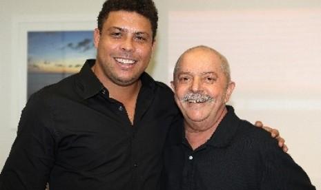 Ronaldo (kiri) dan Presiden Brazil, Inacio Lula da Silva (kanan).